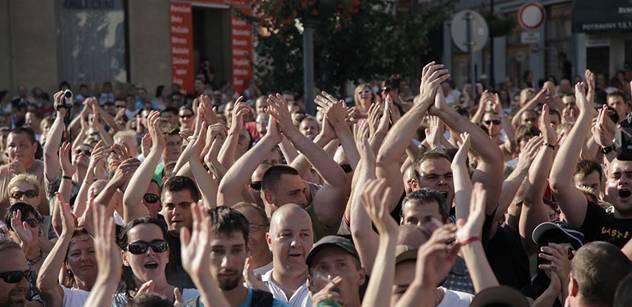 Jen tři ze sta Čechů jsou spojeni s politickou situací v zemi