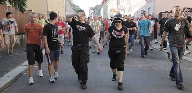 Francouzský novinář poslouchá Čechy v tramvaji: S Romy bude zle