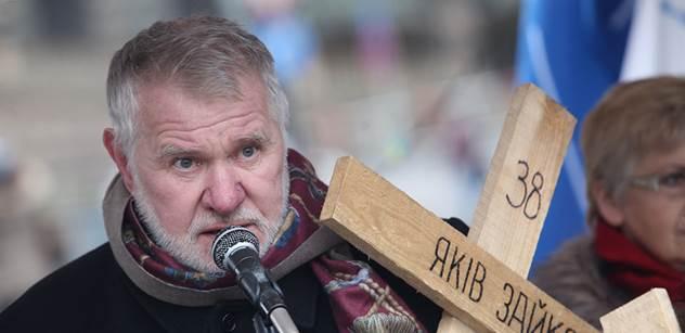 Magor a štváč Jaromír Štětina, vyjádřil se Foldyna. A zmíněný europoslanec důrazně odpověděl těm, co ho posílají bojovat na Ukrajinu