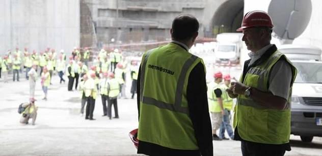Opalující se dělník u dálnice... Tady je srovnání, jak to s produktivitou práce bylo dříve
