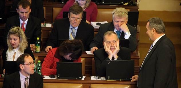 Komunista Černý v ráži: Nejsou argumenty, nejsou důkazy, spojenci ale očekávají, že je podpoříme. A bác. Vyhostíme diplomaty. Když se Mayová v britském parlamentu zblázní...