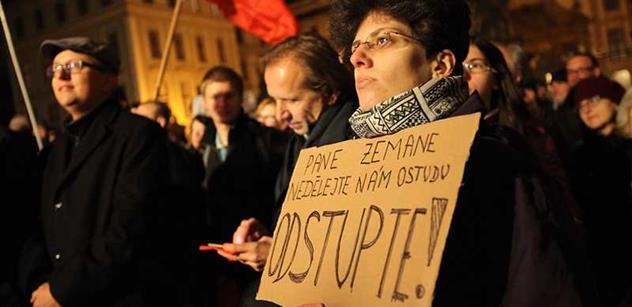 """Jmenujete se Zeman, bydlíte na Hradě. Na další """"kartovou"""" demonstraci přinesli účastníci  prezidentovi mapu Ruska i slovník"""