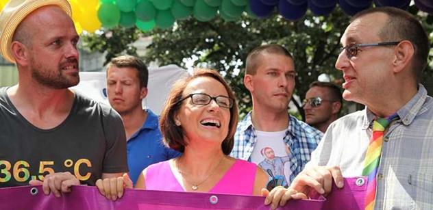 """To je směsice: Krnáčová vedla pochod Prague Pride, vedle ní jednorožec, Schapiro s """"Obamou"""", loď s uprchlíky a tisíce lidí"""