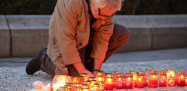 Zhruba dvě stovky lidí se sešly na výročí Havlova úmrtí na pochodu se srdcem na Hrad