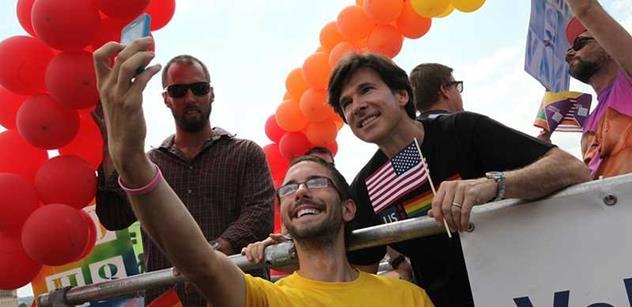 Schapiro v čele průvodu homosexuálů, Barnevernet, naprostá destrukce. Vysokoškolský pedagog a zemanovec Janoušek shrnul, co přinesl americký vývoz demokracie