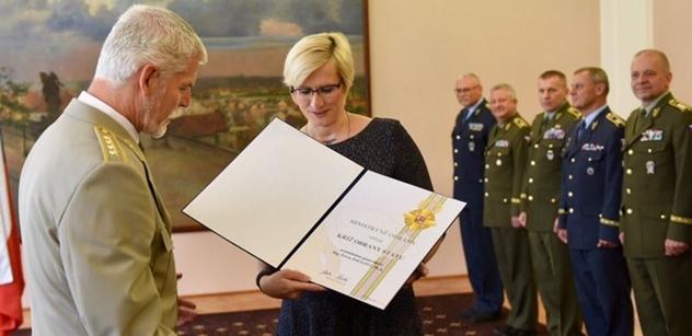 Generál Pavel získal nejvyšší ocenění resortu obrany. Předala mu ho Karla Šlechtová