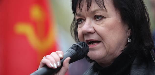 """VIDEO """"Stydím se za ty politické a lidské nuly!"""" Komunistka Semelová udeřila od pomníku rudoarmějců. A toto následovalo"""