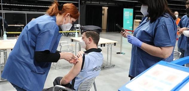 """Očkování začíná být podobně """"dobrovolné"""" jako kdysi prvomájový průvod. Právník ztrhal nejnovější Vojtěchovy nápady"""