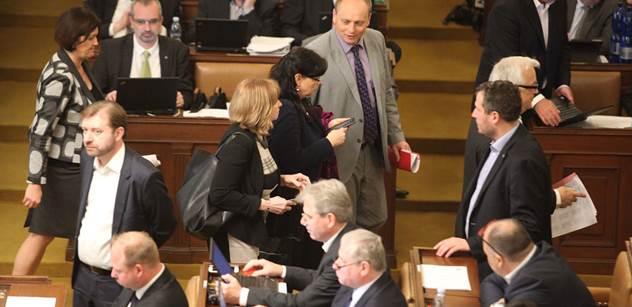 Sněmovna: Kašlete na nás, tak o sobě dáme vědět. Laudát a další nastoupili na vládu