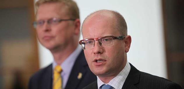Vláda premiéra Sobotky prosadila ve sněmovně novelu služebního zákona