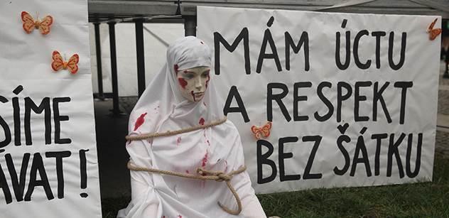 FOTO Ženy v ulicích Prahy. Tichý pochod proti týrání muslimských žen