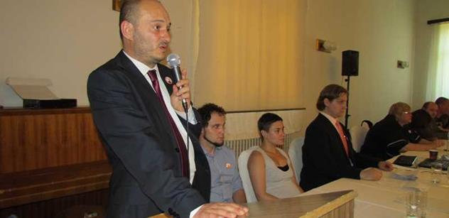 Martin Konvička: Hajlující pitomci a idioti proti islamistům? Jako by se dvě party nacistů přeřvávaly, která je lepší!