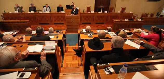 Senát bude schvalovat ústavní soudce a Zeman přijde mezi senátory