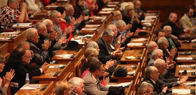 Senát má zvyšovat penze, mzdy ústavních soudců a výkupní ceny půdy