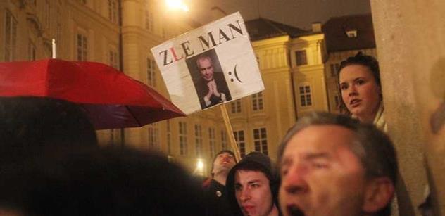 Nechceme ožralu! Praha není Kreml! skandoval rozohněný dav před Hradem