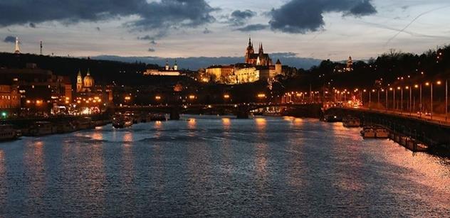 V centru Prahy oslavily státní svátek desítky lidí, loni tisíce. Přišel i Okamura