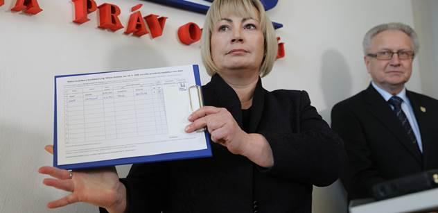 Žena by měla následovat a podporovat svého muže, řekla Ivana Zemanová a podepsala petiční arch