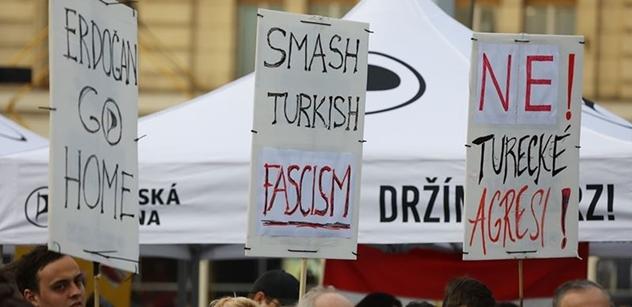 """""""Běž domů, Erdogane. Ne turecké agresi a fašišmu."""" Piráti v Praze uspořádali demonstraci proti Erdoganově útoku na Kurdy"""