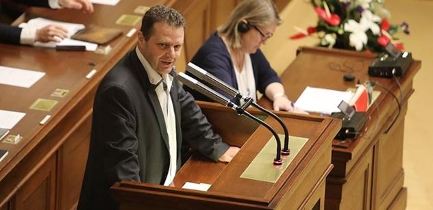 Mediální žumpa! Pouta a páska na pusu... Takhle řádil ve Sněmovně Ondráček těsně před hlasováním