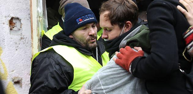 FOTO a VIDEO Žluté vesty proti klinikářům! Na Žižkově došlo na fyzickou sílu. Většina squatterů se vzdala. A ti ostatní... Podívejte se sami