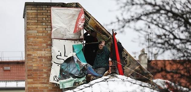 Na střeše Kliniky chce skupina pěti aktivistů zůstat i další dny