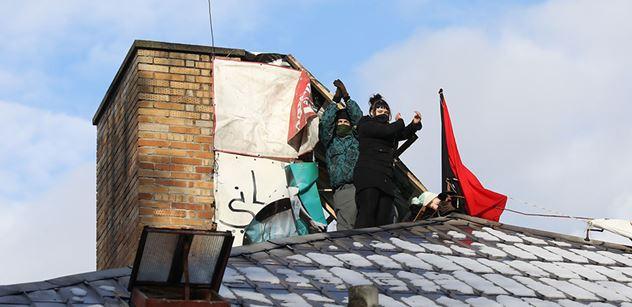 """Aktivisté zůstávají na střeše Kliniky. V noci jim prý musela být """"ku*evská zima"""""""