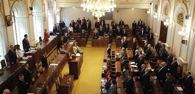 Sněmovna se dnes měla zabývat ČT a rychle to skončilo. Komunista však stihl přednést skandální nařčení a vytočit Němcovou