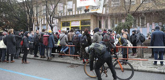 Exekuční vyklízení Kliniky na Žižkově bude dnes pokračovat. Aktivisté stále odmítají dům opustit