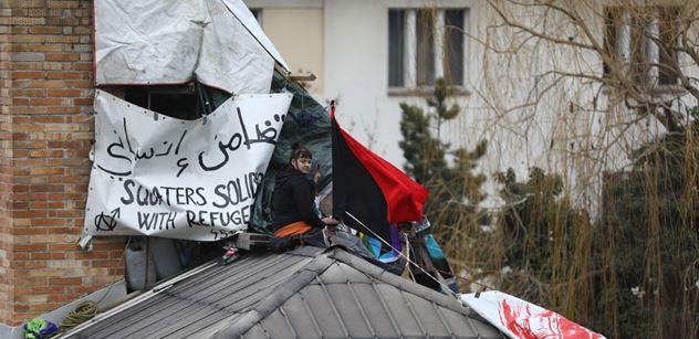 Aktivisté sestoupili ze střechy bývalé kliniky na Žižkově