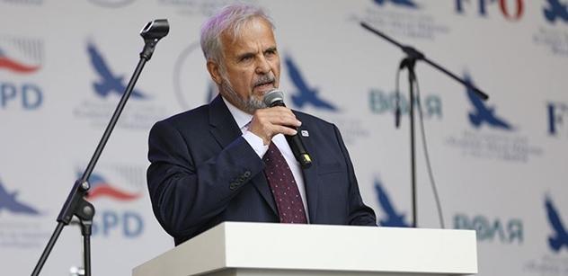 """Europoslanec za SPD Ivan David vysvětluje, proč zůstal sedět při evropské """"nehymně"""""""