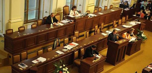 Sněmovna rozhodne o růstu důchodů a platů ústavních soudců