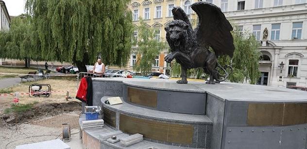 Lidé si dnes pietou připomněli památku československých letců na pražském Klárově