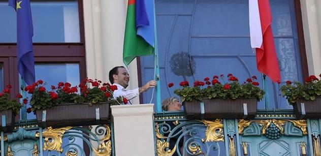 """Bojíte se """"cikánské"""" vlajky? Jednu dnes na radnici vyvěsila Třeštíková, druhou Novotný. Máme i FOTO"""