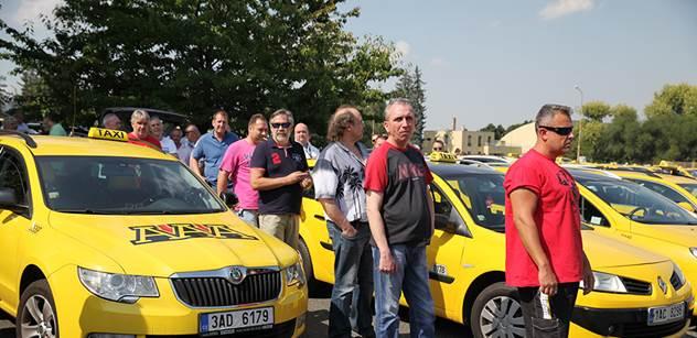 Taxikáři budou v Praze třetím dnem pokračovat v protestech