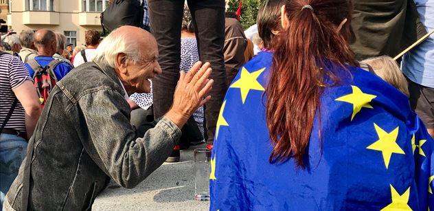 FOTO Řežba u Koněva: Ty svi*ě, pustili se do sebe zastánci a odpůrci sochy. Porvali se i důchodci: Pojď, ty mrcho! Dostaneš!