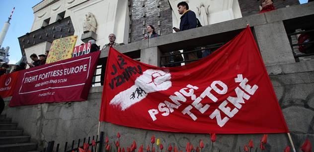"""Na letáku masový vrah Breivik vedle Okamury. Na transparentu: """"Mír a lásku, hloupý nácku"""". Byli jsme na demonstraci proti nenávisti"""