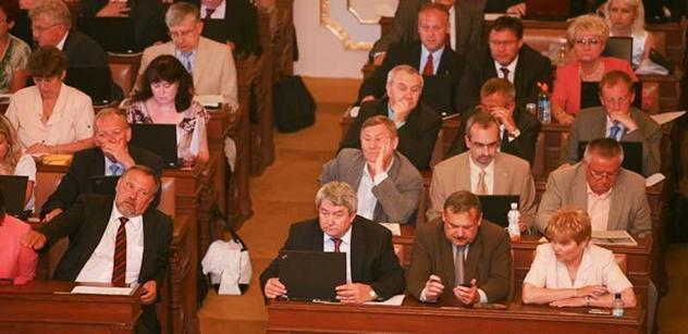 Sněmovna schválila zavedení 2. pilíře penzí. Kalousek pak řečnil s Nečasem