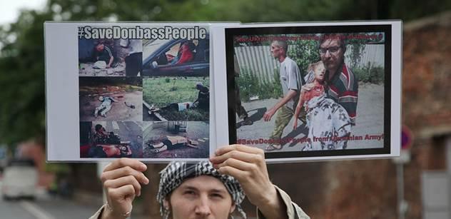 Znetvoření Ukrajinci před Úřadem vlády. Demonstrace vyzývala k odsouzení masakrů kyjevské vlády