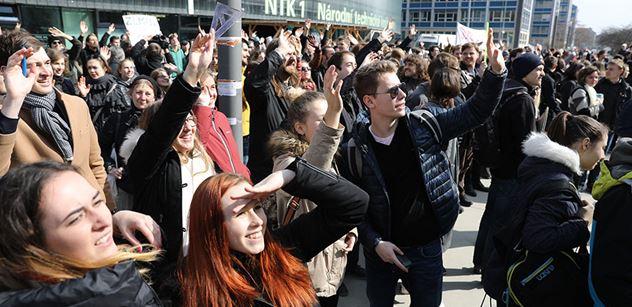 V Praze se na několika místech sešly stovky studentů, kteří protestovali proti Babišovi a Zemanovi