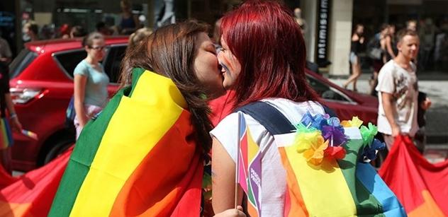 Prahou prochází duhový pochod Prague Pride. Nechybí ani alegorický vůz ambasády USA, Dienstbier či romská vlajka