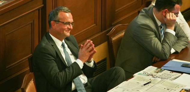 Debata o DPH: Opozice se pře navzájem, Paroubek posílá na patologii