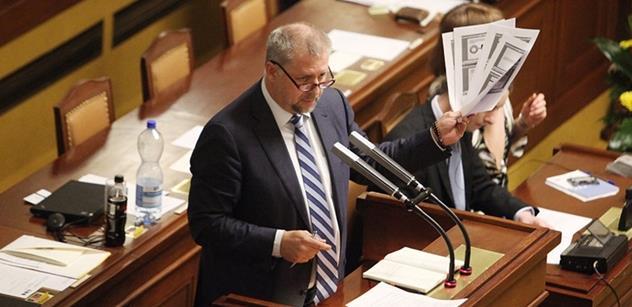Vzpomeňte si, jak hysterická byla opozice za minulých vlád, odrazil námitky Petr Bendl z ODS. A pak umravnil Klause mladšího...