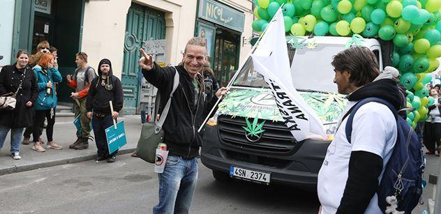 FOTO Marihuanový pochod Prahou. Zaštítil ho Hřib, dorazil i předseda Bartoš