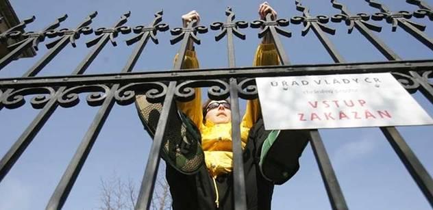Aktivisté Greenpeace vylezli na těžní věže dolu Frenštát