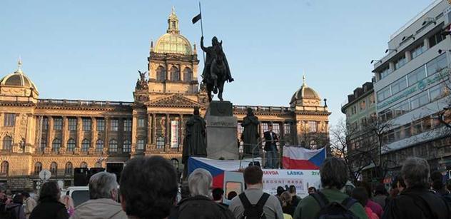 Demonstranti Holešovské výzvy z Václaváku namířili k Hradu