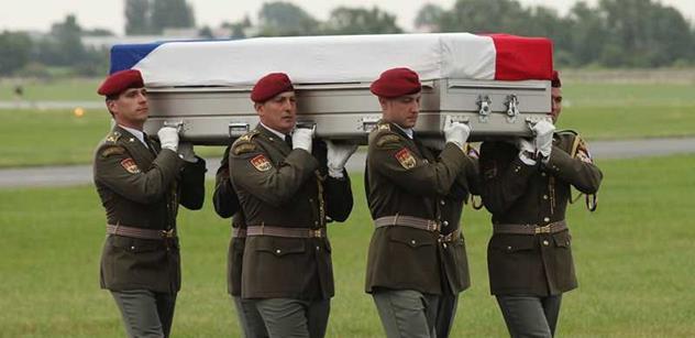 Při hokeji jste opilí vlastenci. My jsme pro vás žoldáci, kárá Čechy bratr padlého hrdiny, který také sloužil v Afghánistánu. A překvapivě mluví k Ukrajině