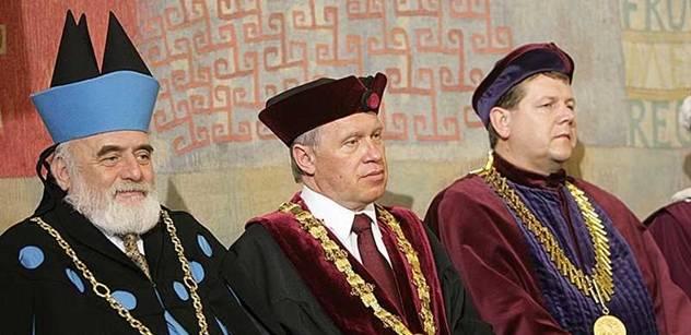 Prezident je dnes povinen profesory jmenovat, uvedl brněnský rektor. Pak podpořil školné