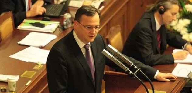 """Nečas před poslanci kopal do """"líného ministra v zahraničí"""". Žádné omlouvání"""