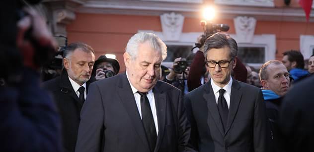 Zeman, Sobotka a další uctili před francouzskou ambasádou v Praze oběti útoku v Paříži