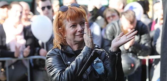 Bára Štěpánová se rozkřikla na plný Václavák: Zeman se zachoval jako malej parchant! Přece už tam znovu nebude. To nedopustíme!